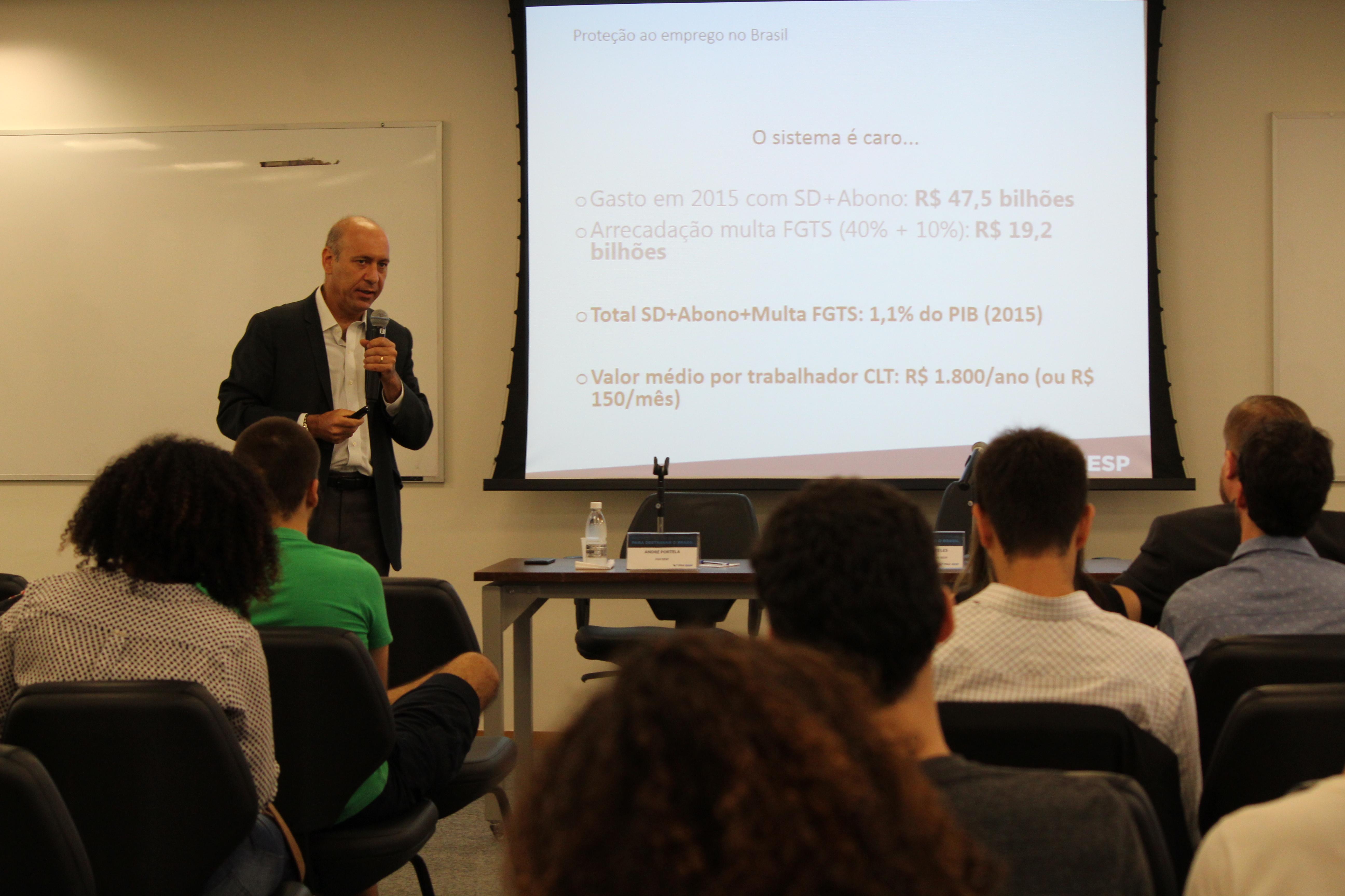 """Professor André Portela apresentando o estudo no evento """"Propostas de Reformas para destravar o Brasil"""" Foto: Sarah Meconi"""