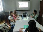 Coordenadora de projetos, Juliana Camargo, explica a pesquisa para a equipe do PIM de Lagoa Vermelha.